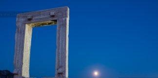 Πανσέληνος στη Νάξο με θέα τη Πορτάρα και τη Χώρα