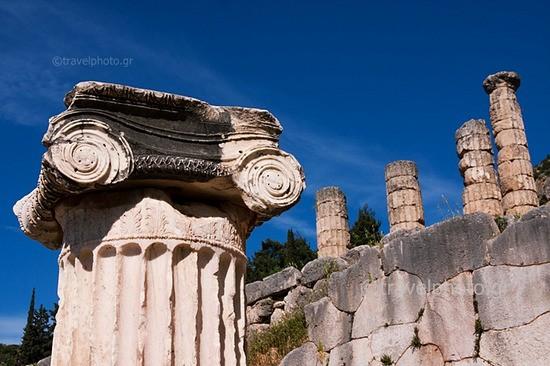 Δελφοί, Ιωνικό κιονόκρανο και ναός του Απόλλωνα
