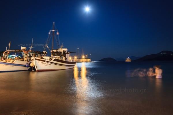 Στο Παντέλι, σε τραπεζάκι δίπλα στη θάλασσα περιμένοντας με άγωνία και άδειο στομάχι τα πεντανόστιμα θαλασσινά.