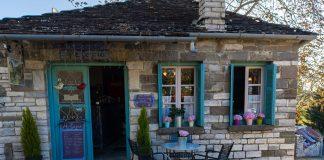 Παραδοσιακό καφενείο η Μεζαρία στο Καπέσοβο Ζαγορίου